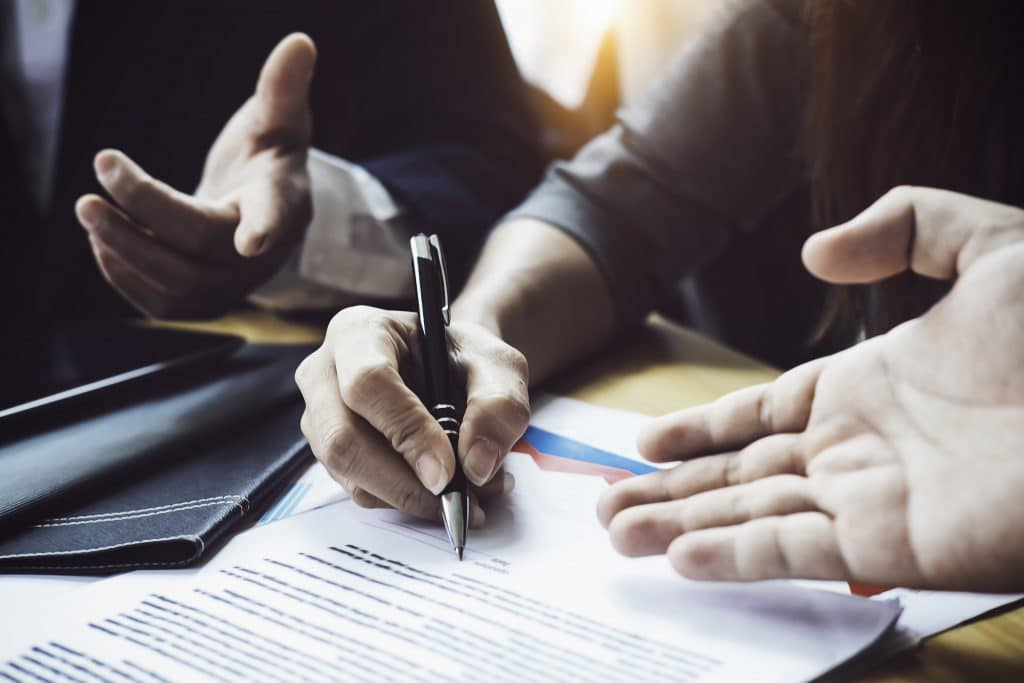 man signing contract - receiving legal advice - Melbourne business litigation lawyers at work